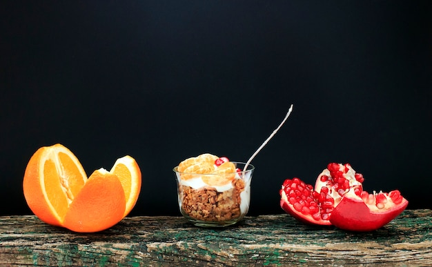 Гранола с йогуртом и фруктами в маленьком бокале