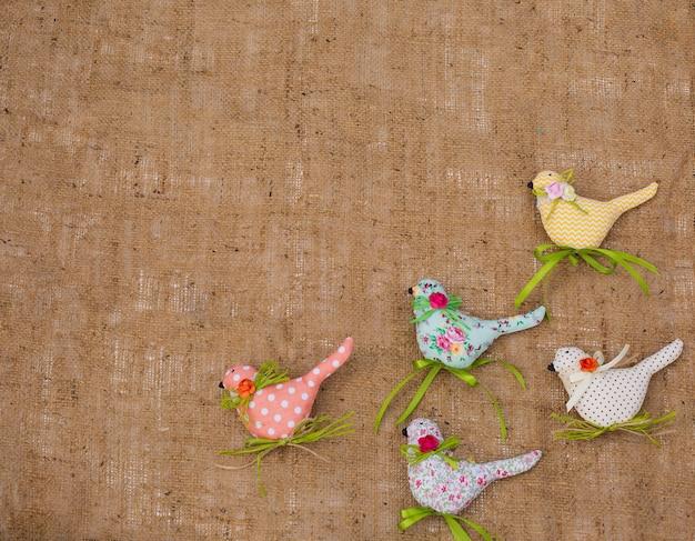 織物春の鳥。手仕事の装飾的なおもちゃ。イースターデコレーション