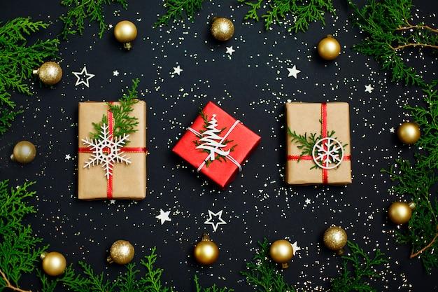 Рождественский подарок и белые снежинки и снег