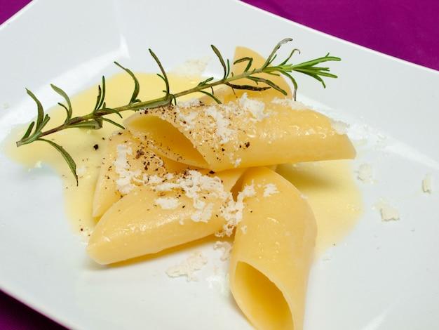 Гигантская паста с оливковым маслом и розмарином