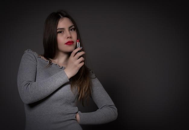 Молодая красивая девушка брюнетка получает макияж