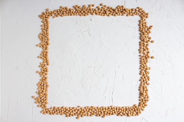 生ひよこ豆、明るい背景にひよこ豆のフレーム