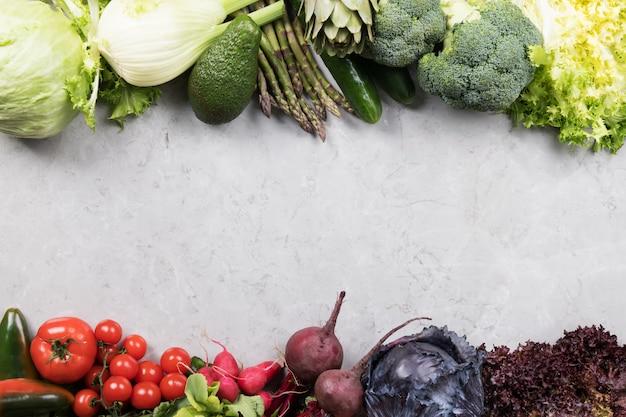 灰色の表面に野菜