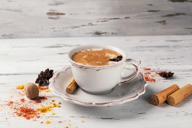 スパイスと伝統的なインドの熱いお茶