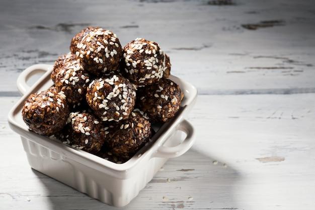 Веганские домашние палео энергетические шарики с овсяными хлопьями, орехами, финиками и кунжутом