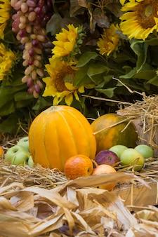 Осенняя композиция со сладкой дыней, подсолнухами и яблоками