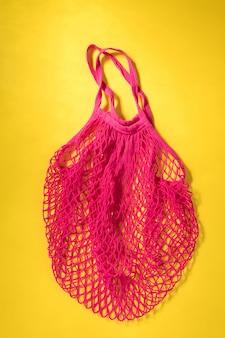 再利用可能なショッピングメッシュフクシアバッグ。廃棄物ゼロ、プラスチックフリーのコンセプト、エコフレンドリー。