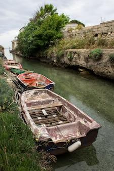 運河、イタリアの漁村トッレコリメナのジョークのボート