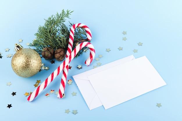 クリスマスの装飾、クリスマスキャンデー杖、クリスマスボール、モミ枝、トップビューでクリスマス暗い背景