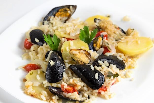 米、ジャガイモ、ムール貝、伝統的なプルーン料理、イタリア料理、バーリ、クローズアップ