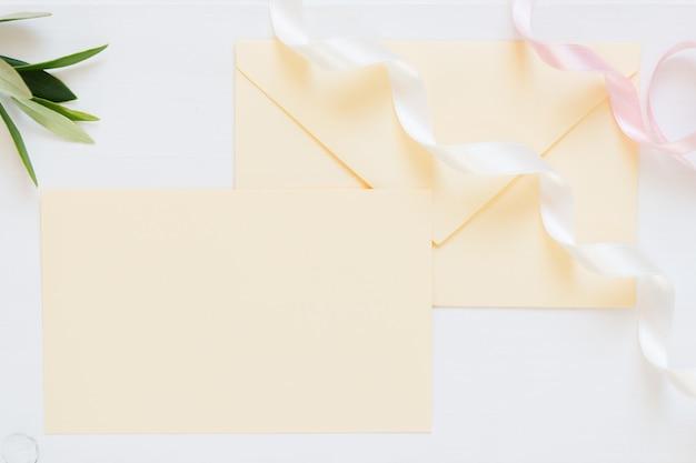 リボン付きの空白のクリーム色の封筒