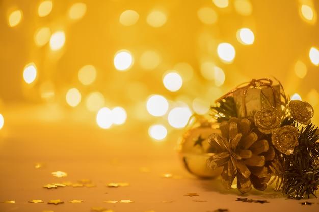 ぼやけた光の上の木の板にモミの木の枝でクリスマス装飾つまらない