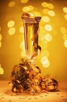 Шампанское готово принести в новый год, рождественскую открытку, рождество
