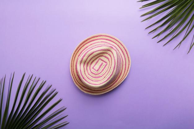 Соломенная летняя шляпка, изолированная на фиолетовом или фиолетовом фоне