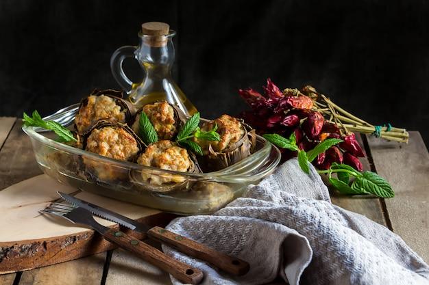 マッシュルーム、タマネギ、ひき肉とチーズ、ヘルシーな食事、イタリア料理、プーリアの地中海料理、コピースペースとオーブンで調理したアーティチョークの詰め物