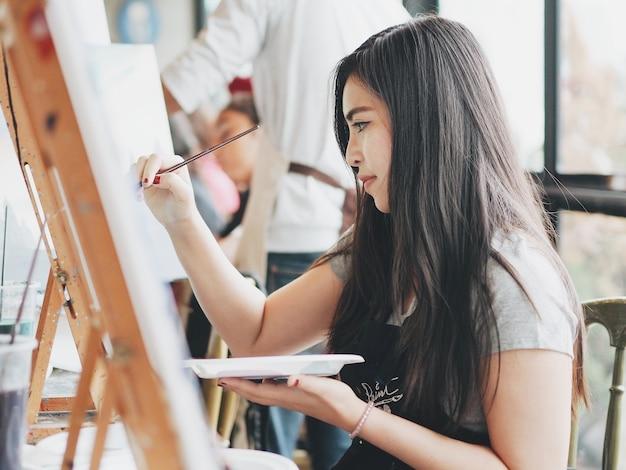 絵画のクラスのアジア人女性