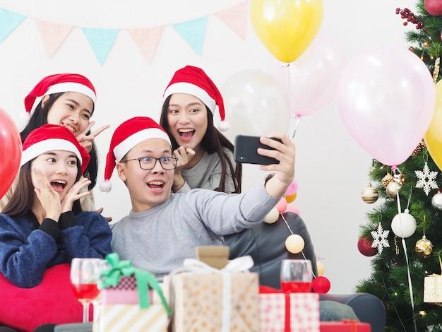 Группа азиатских людей весело провести время вместе в праздновании новогодней вечеринки у себя дома.