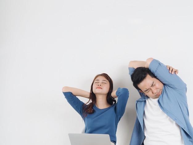 Азиатская пара ощущает боль в шее, спине и плечах.