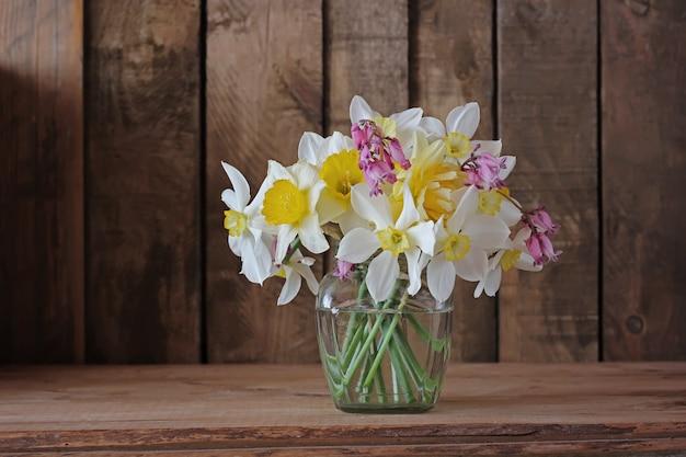 水仙の小さな花束のある静物。