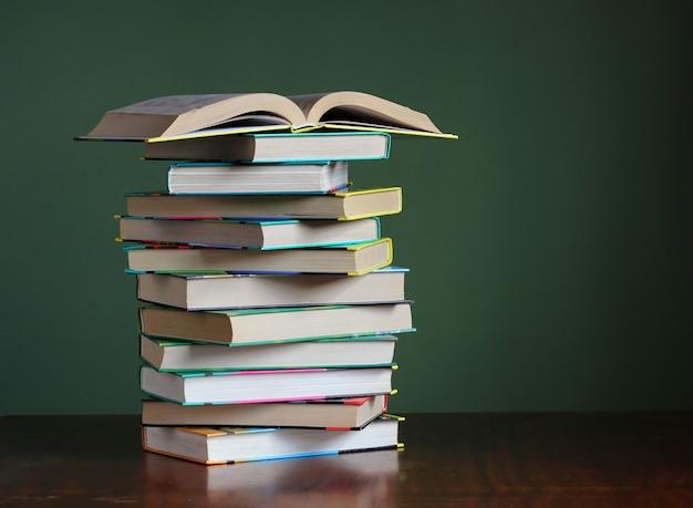 テーブルの上の本のスタック。学校に戻る