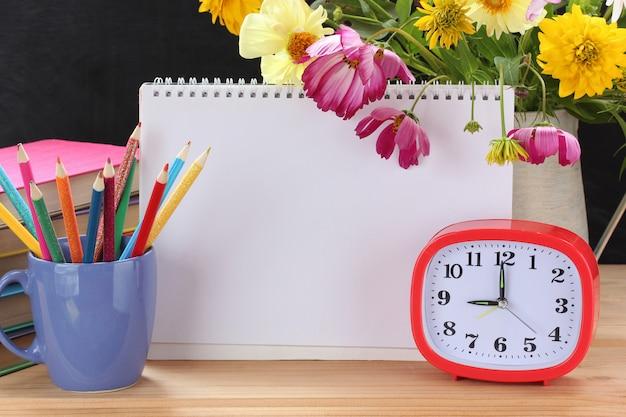 目覚まし時計、花束、教科書、オープンアルバム。