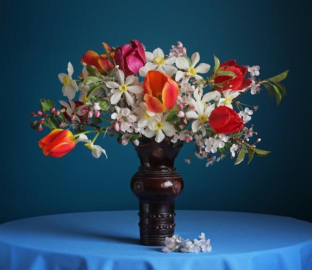 青の春の花のある静物。