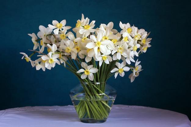 青の水仙の花束