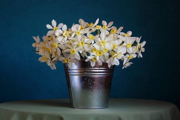 バケツの中の水仙の花束のある静物