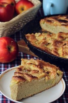Сладкий яблочный пирог, приготовленный в домашних условиях.