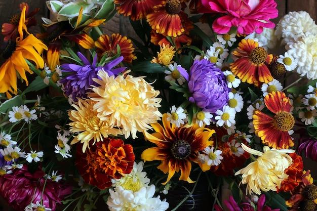 Фон из осенних цветов, букет крупным планом