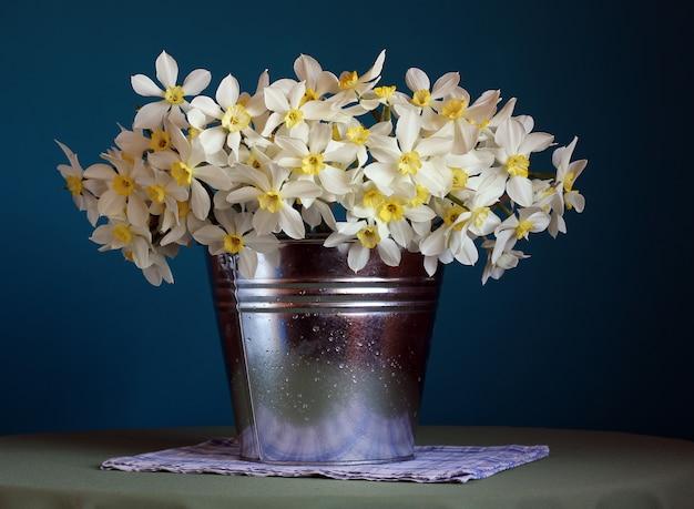水滴をバケツで水仙の花束