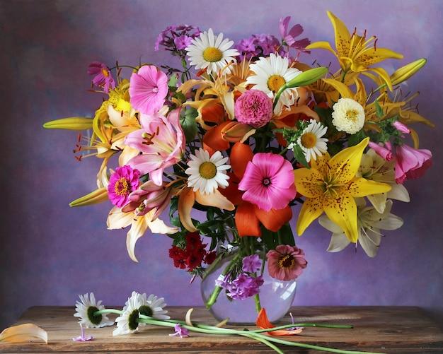 ユリとヒナギクの美しい夏の花束。花のある静物