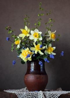 Натюрморт с букетом нарциссов и других весенних цветов на темном