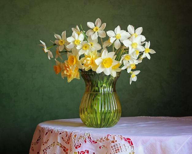 水仙の花束のある静物。