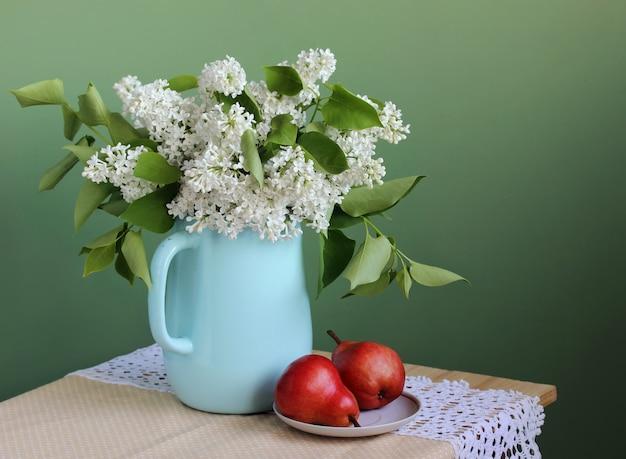 Белая сирень и красные груши. букет цветов в эмалированном кувшине. натюрморт.