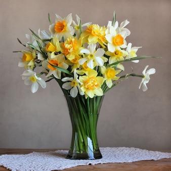ガラス花瓶の春の庭の花の花束。