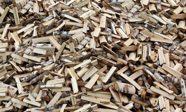 木は斧で切り刻み、丸太。