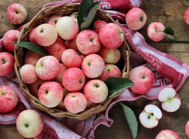 Красные полосатые яблоки, вид сверху.