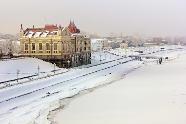 冬、ルイビンスク市、ヴォルガ川、記念遺跡。