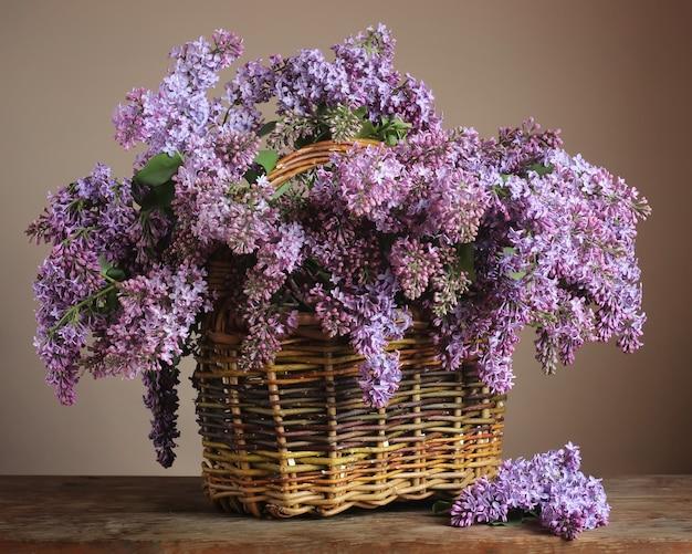テーブルの上のバスケットに紫のライラック