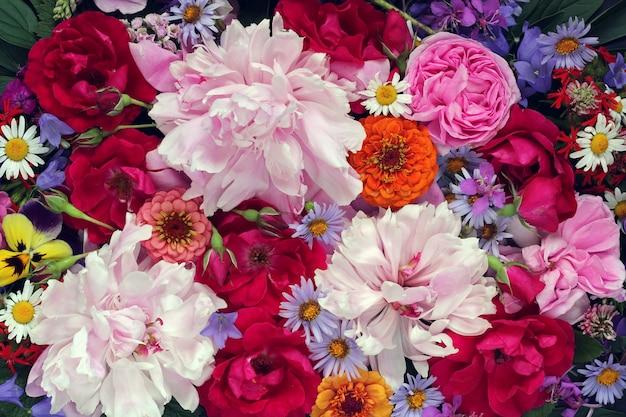 夏花ピンク牡丹と赤いバラのクローズアップ。花束。