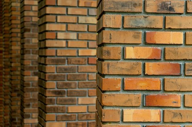 古いレンガの柱の多くの層