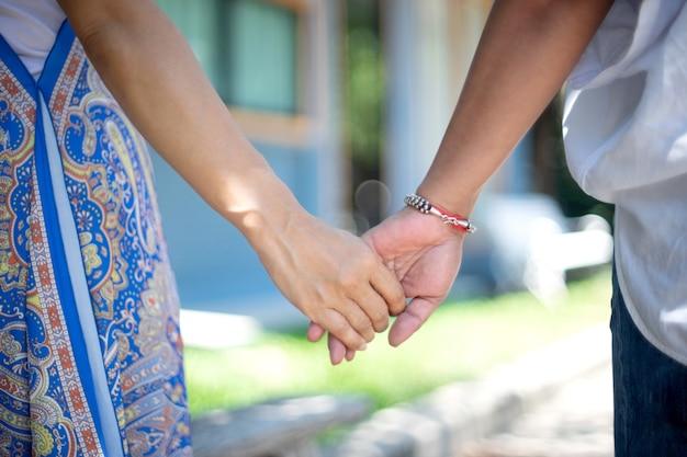 女性と彼女の友人は一緒に指を手します。