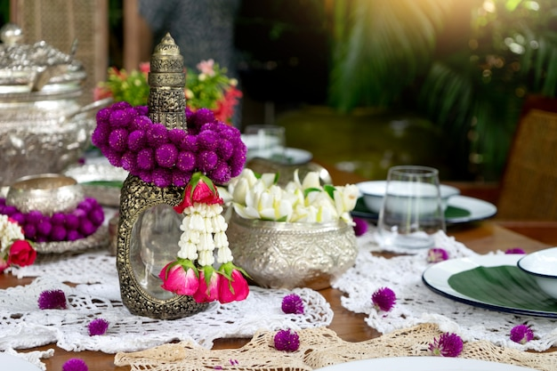 タイ料理のテーブルデコレーションシルバーウェアガーランド