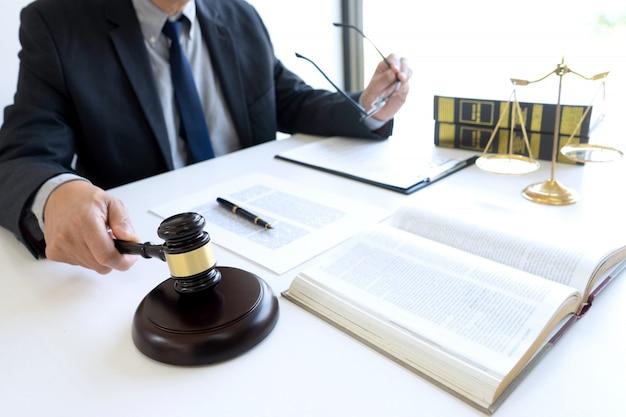 裁判官または弁護士の事務所では、