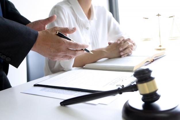 裁判官または弁護士がチームまたはクライアントと話している