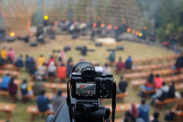 Беззеркальная камера со штативом
