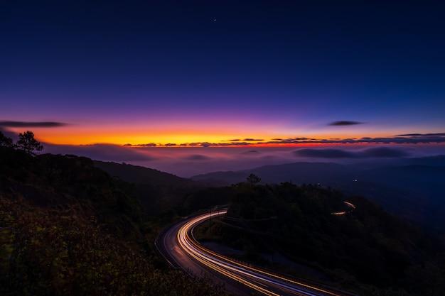霧の深い朝の山々の美しい日差し