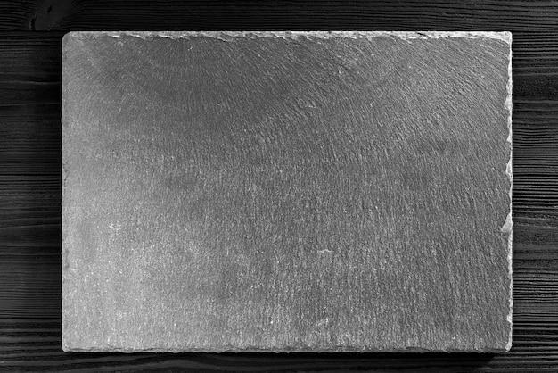 木製の背景にスレート黒板