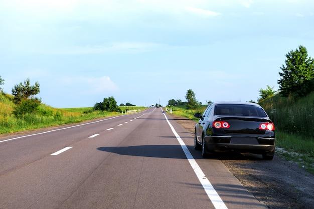 アスファルトの道路上の車